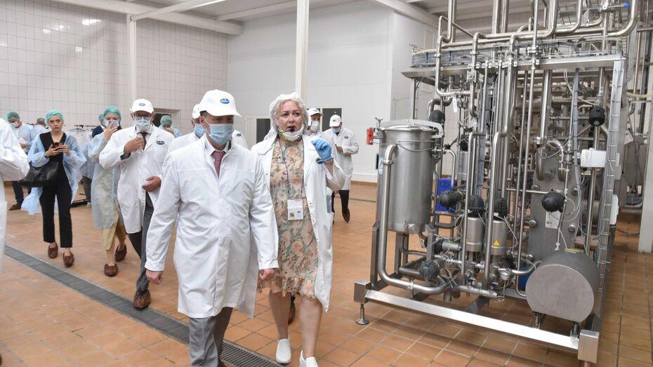 Алексей Гордеев посетил молочное предприятие в Воронежской области