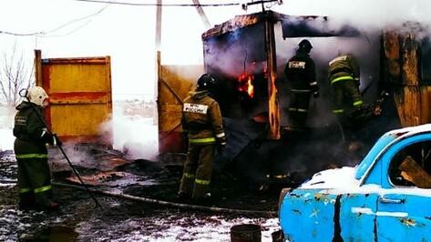 На трассе под Воронежем загорелась бытовка: пострадали двое мужчин