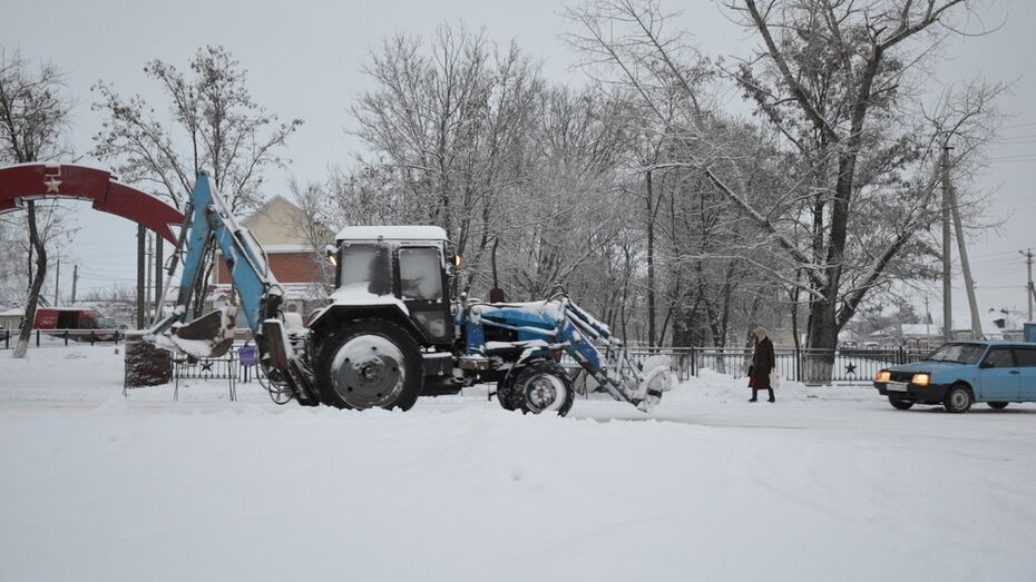 Верхнемамонские дорожники после снегопада начали расчистку дорог в три часа ночи