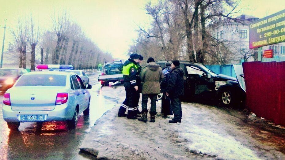 В Семилуках водитель BMW сбил фонарный столб и врезался в забор