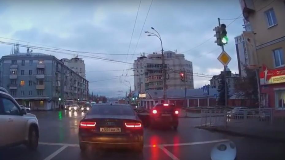 Столкновение Mitsubishi и Daewoo в центре Воронежа попало на видео
