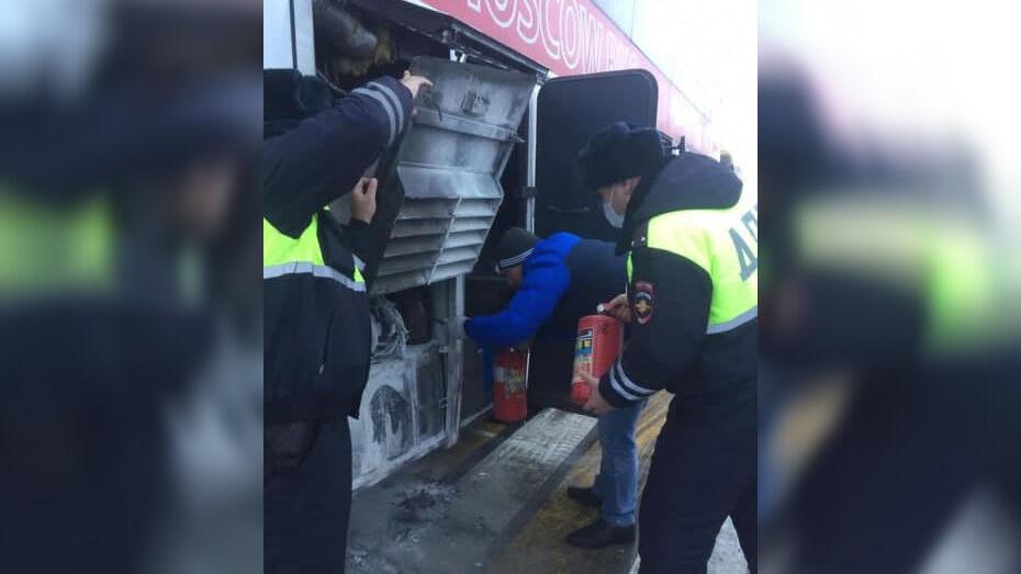 Богучарские госинспекторы потушили загоревшийся рейсовый автобус