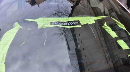В центре Воронежа мужчина грудью бросился на капот машины ДПС