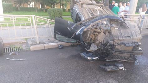 Иномарка снесла ограждение в центре Воронежа и перевернулась