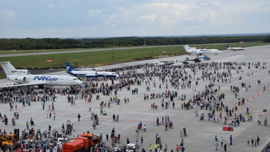 Воронежцев позвали на пилотажное шоу и выставку спецтехники в аэропорту