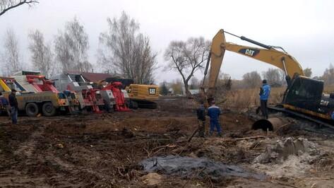 Под Воронежем из грязи вытащили утонувший экскаватор