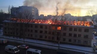 Заброшенное здание полыхает на левом берегу Воронежа