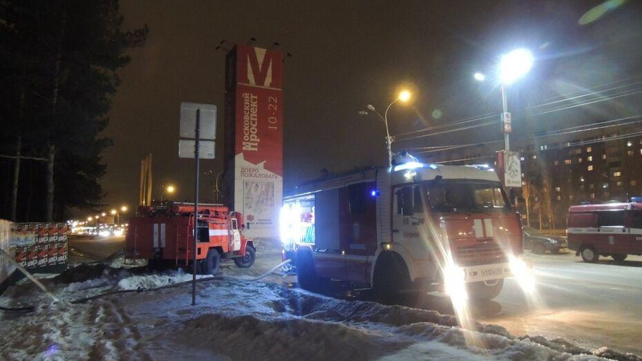 Рядом с рынком «Воронежский» загорелась строительная бытовка
