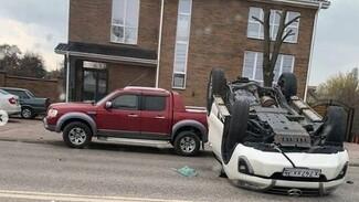 Иномарка перевернулась после ДТП с такси в Воронеже