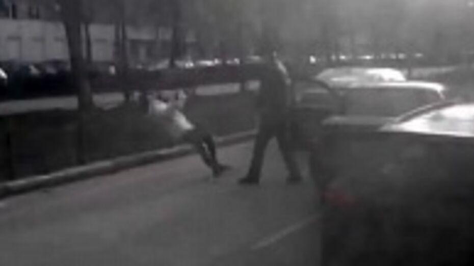 В сети появилось ВИДЕО избиения воронежской автоледи