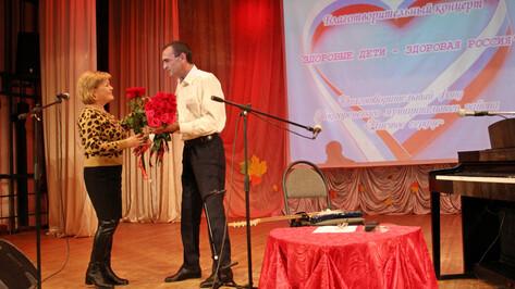 В Подгоренском районе главврач-бард провел сольный благотворительный концерт