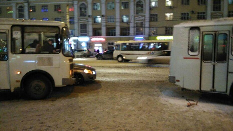 В Воронеже образовалась 3-километровая пробка из-за столкновения 2 маршруток и машины