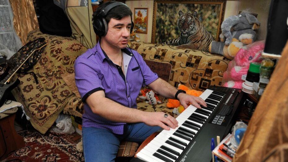 Незрячий музыкант из Воронежа поборется за победу в конкурсе песен про Крымский мост