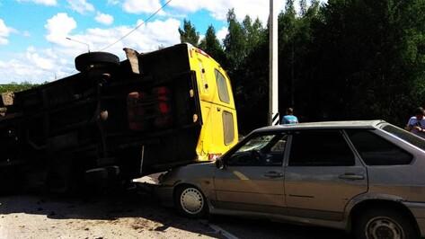 Под Воронежем «Газель» выехала на «встречку» и врезалась в легковушку: 2 человека пострадали
