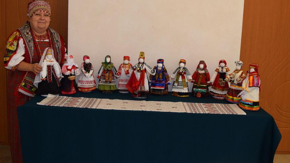 Рамонская мастерица подготовила выставку 12 авторских кукол в народных костюмах XIX века