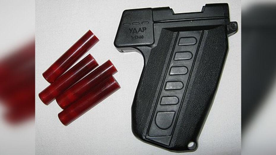 У напугавшего воронежских школьников мужчины нашли похожий на оружие распылитель