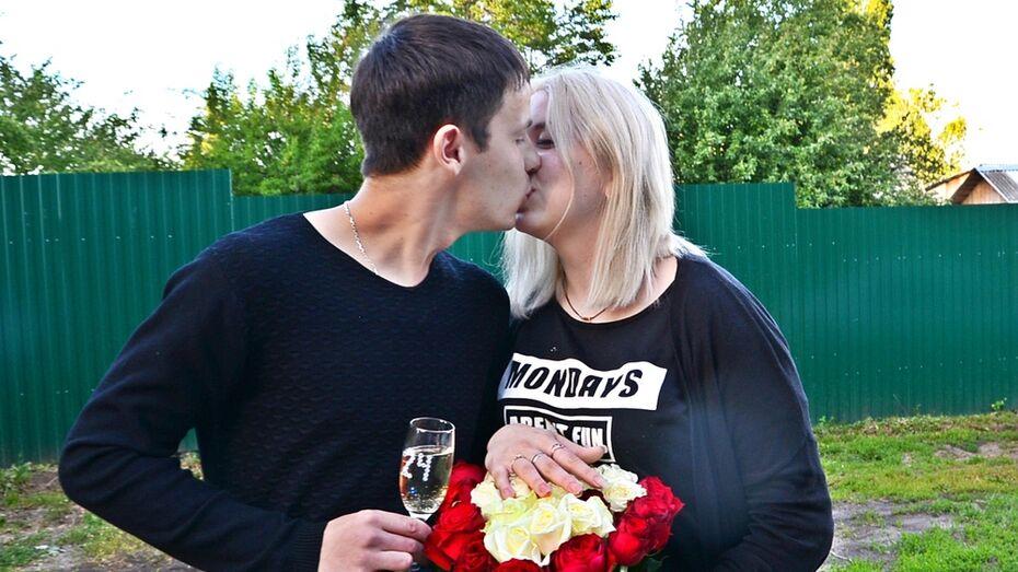 В Семилуках парень устроил романтический флешмоб с 24 плакатами