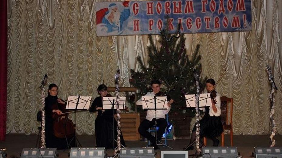 Выпускники Воронежской академии искусств поздравили верхнемамонцев с Рождеством