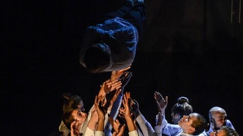 Воронежские студенты показали пластический перформанс в Камерном театре