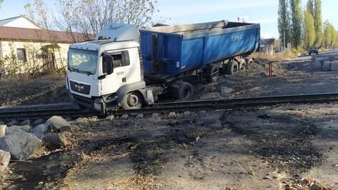 Неуправляемый большегруз вылетел на железнодорожные пути в Воронежской области
