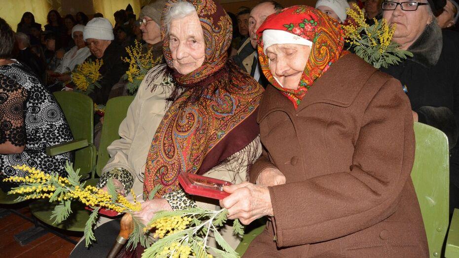 Богучарские ветераны получили юбилейные медали