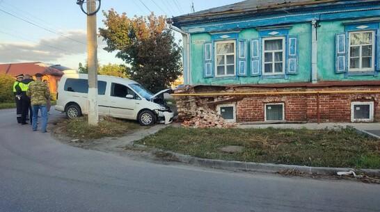 В Павловске пьяная автоледи врезалась в дом