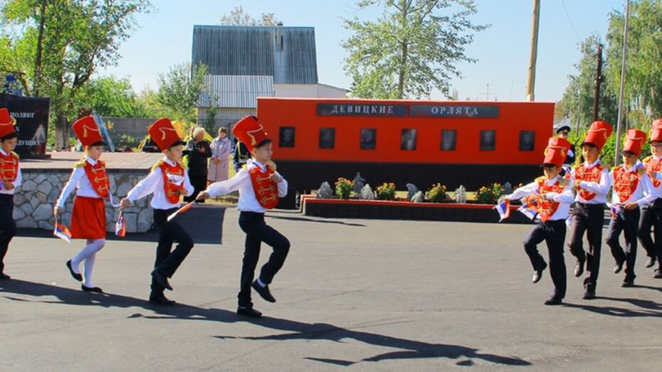 В семилукской Девице открылся новый памятник школьникам-партизанам