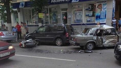 В Воронеже напротив парка «Орленок» спортбайк столкнулся с «шестеркой» (ФОТО)