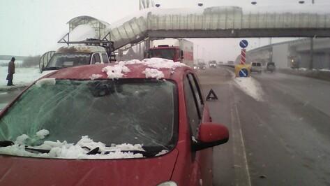 Снежный ком разбил лобовое стекло машины на въезде в Воронеж