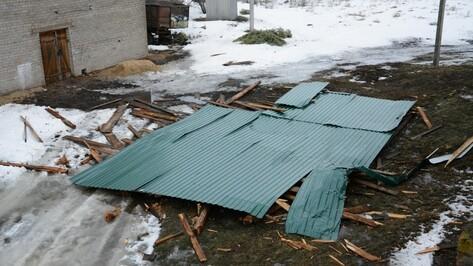 Под Воронежем шквалистый ветер сорвал крышу школы