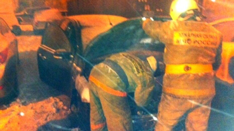 В Воронеже огонь с подожженного «Форда» перекинулся на соседнюю иномарку