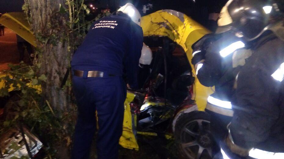 В Воронеже Toyota врезалась в дерево: пострадали 3 человека
