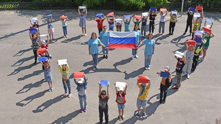 В Калаче волонтеры ко Дню России выстроились в форме сердца
