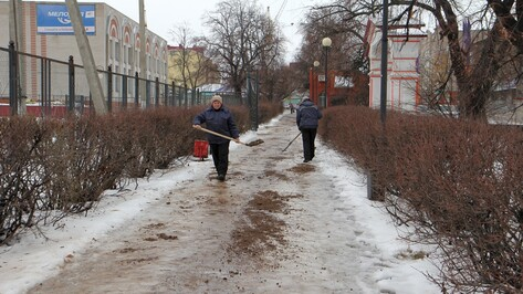 В Боброве на дороги высыпали более 100 т пескосмеси