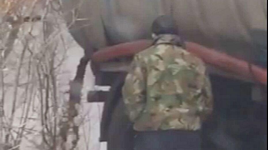 Под Воронежем водитель опустошил ассенизаторскую машину рядом с кладбищем