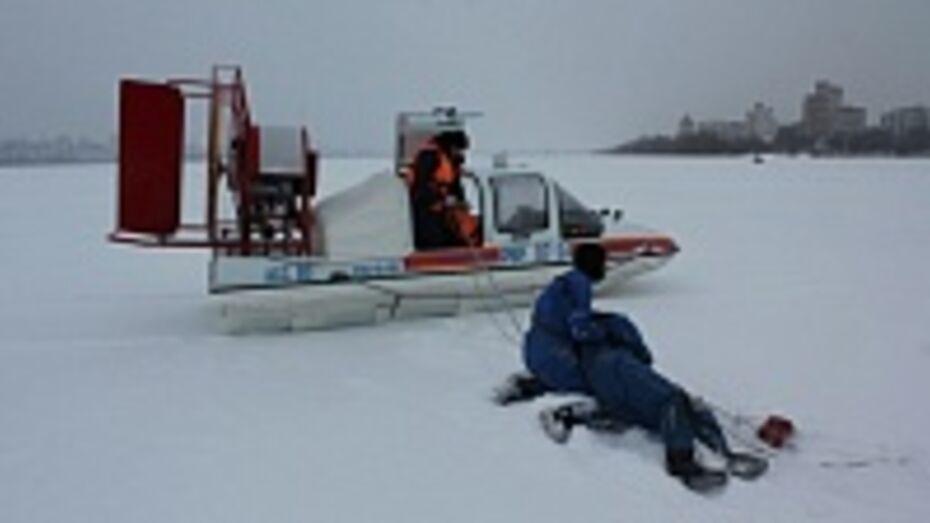 Воронежские спасатели тренировались вытаскивать провалившихся под лед с помощью аэросаней