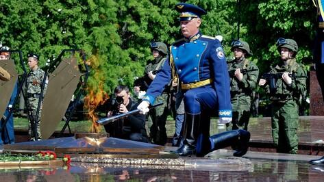 Воронежцы зажгли Вечный огонь на площади Победы