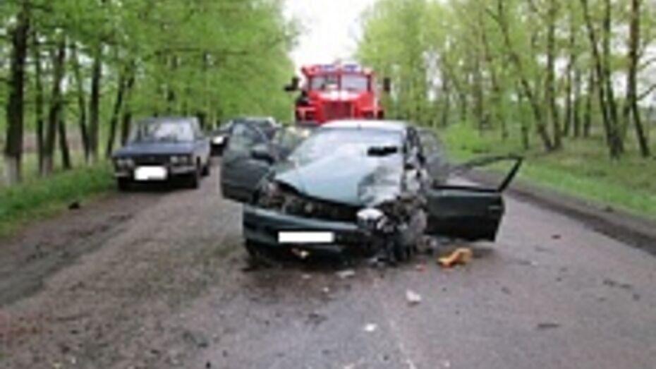 Под Воронежем три человека пострадали в ДТП с участием двух легковушек