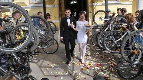 В Воронеже свадебный велокортеж собрал 50 велосипедов и две пары роликов