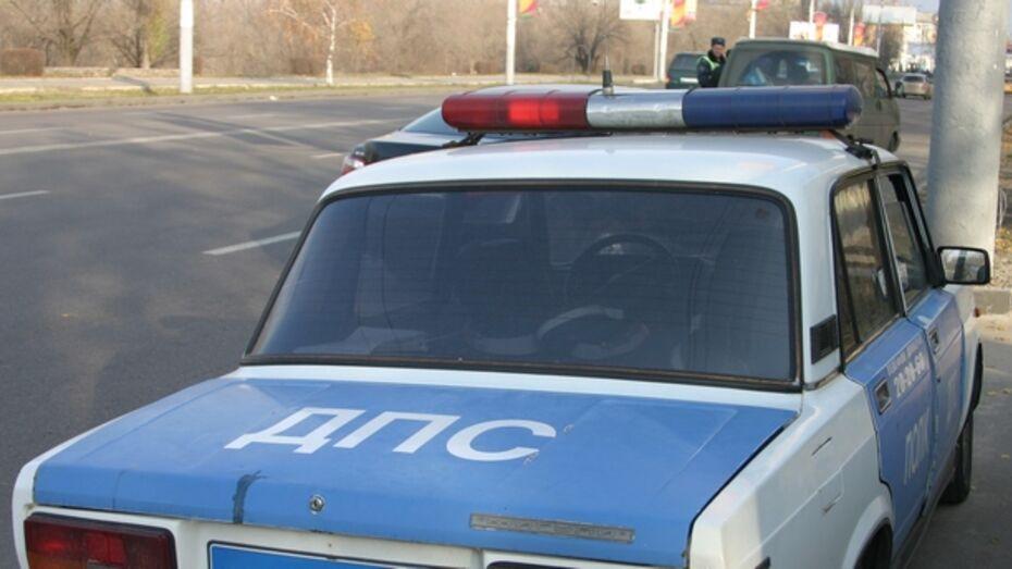 В Воронеже на Донбасской иномарка врезалась в столб