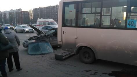 В Воронеже на Московском проспекте столкнулись две маршрутки и иномарка