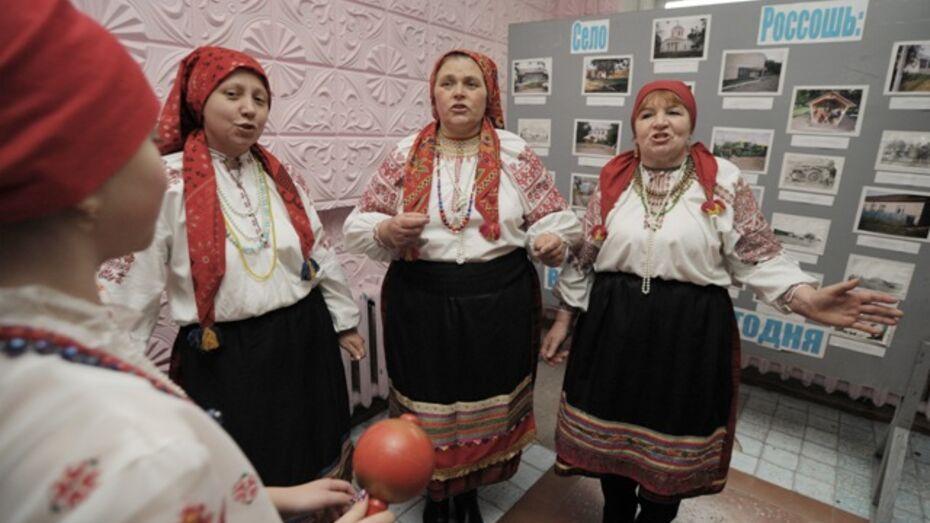 Студенты Воронежской академии искусств учатся у репьевских песенниц