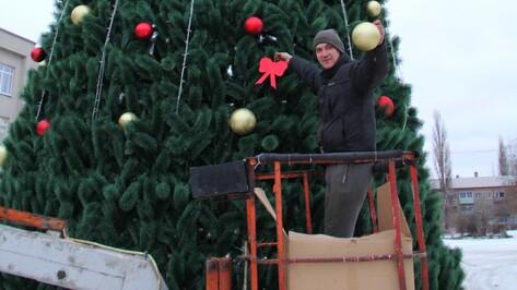В Семилуках начали устанавливать главную елку