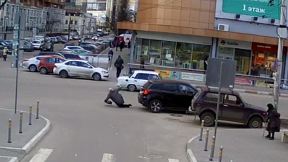 В центре Воронежа Mitsubishi сбил женщину: ДТП попало на видео