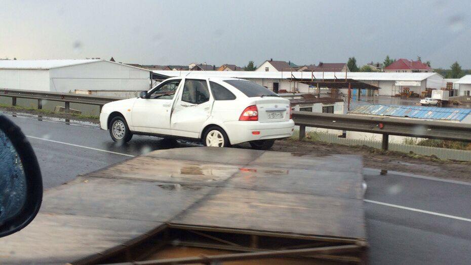В Воронежской области рекламный щит упал на машину