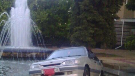 Воронежцы сняли на видео упавший в фонтан автомобиль