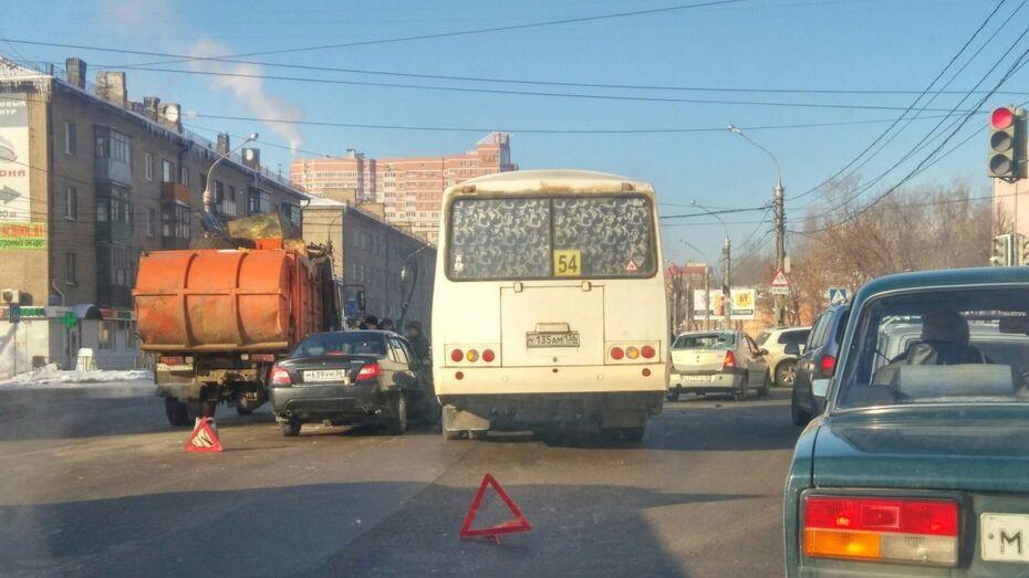 В Воронеже маршрутка и мусоровоз попали в массовое ДТП у пивзавода