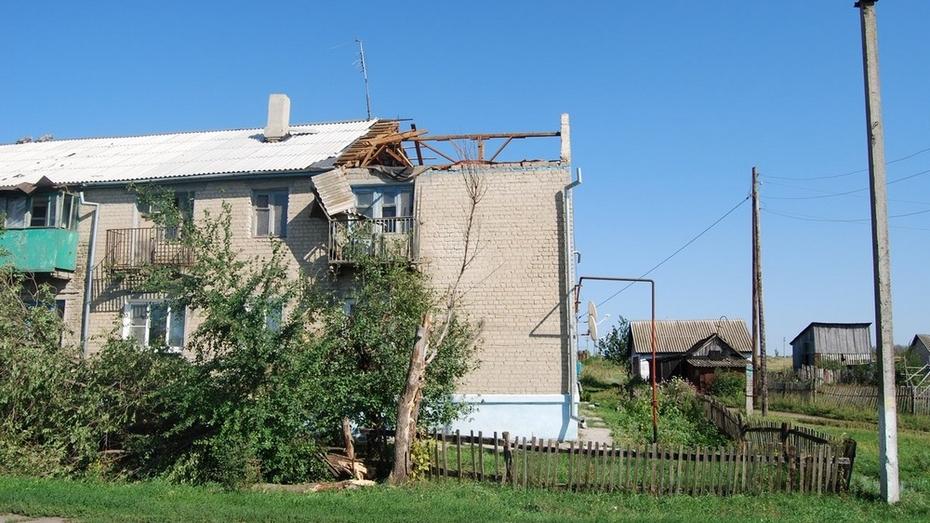 В бутурлиновском поселке Зеленый ураганный ветер повредил крыши 20 домов