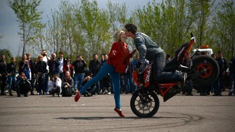 Стантрайдеры в Воронеже на скорости вставали на одно колесо и целовались с девушкой
