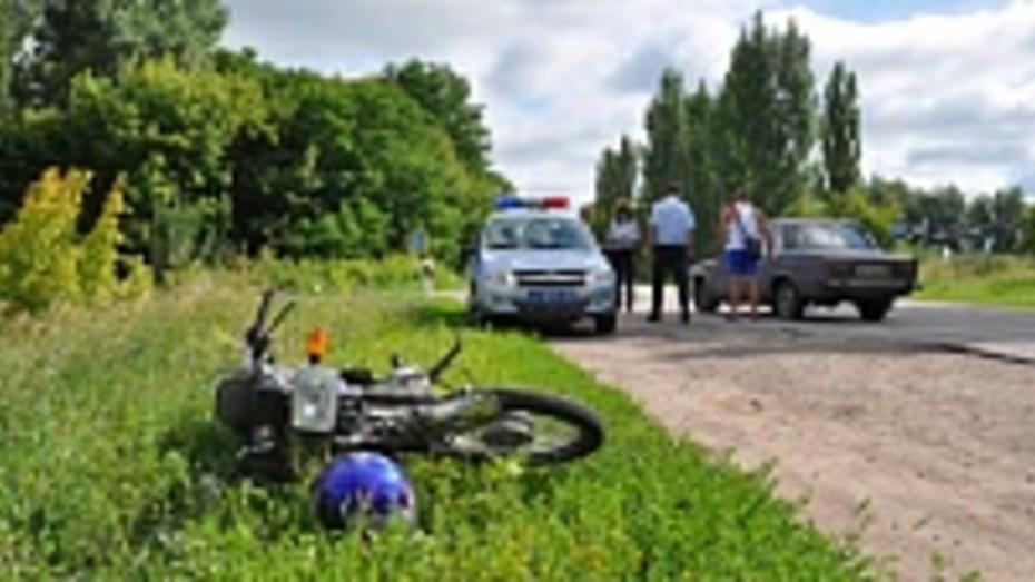 В Павловском районе «шестерка» врезалась в мопед